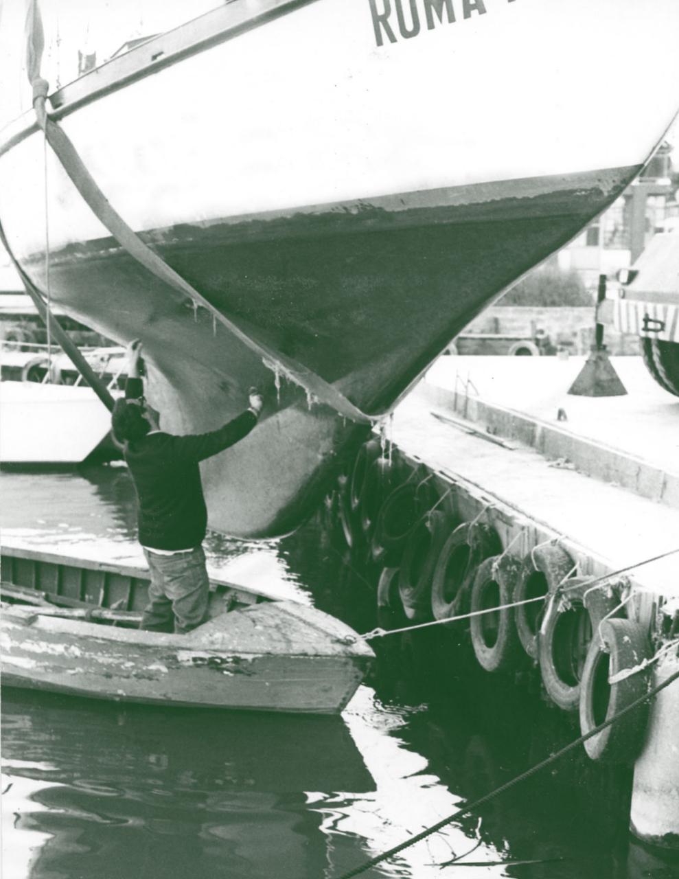 l'architetto Gino Ciriaci che perizia una barca usata
