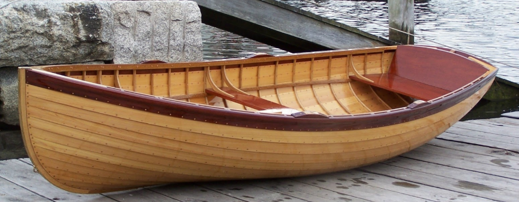 una barca in legno dallo splendido fasciame