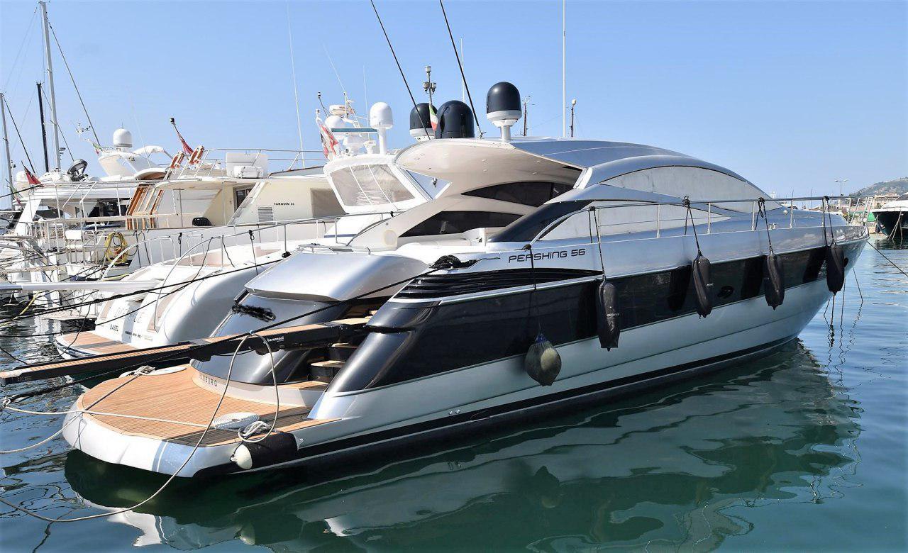 Una barca a motore in rada