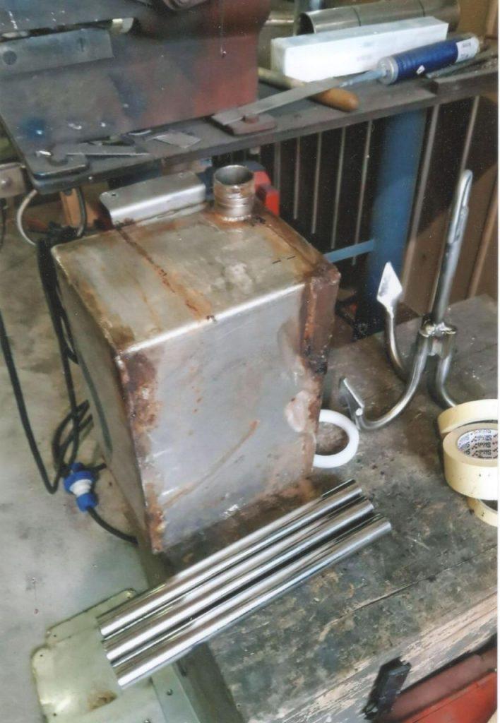 immagine di serbatoi in acciaio inossidabile mal tenuti