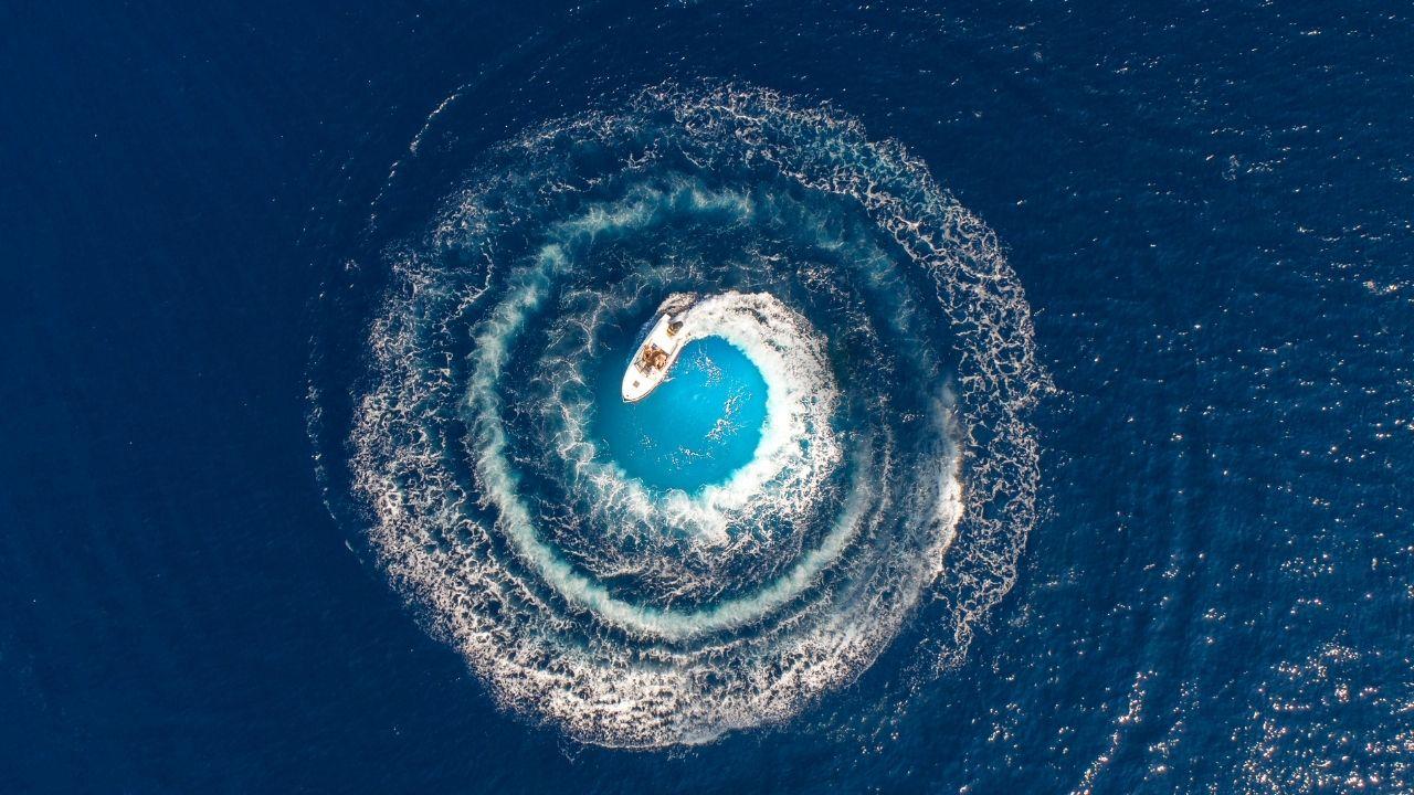 Una barca crea un bellissimo vortice girando su se stessa