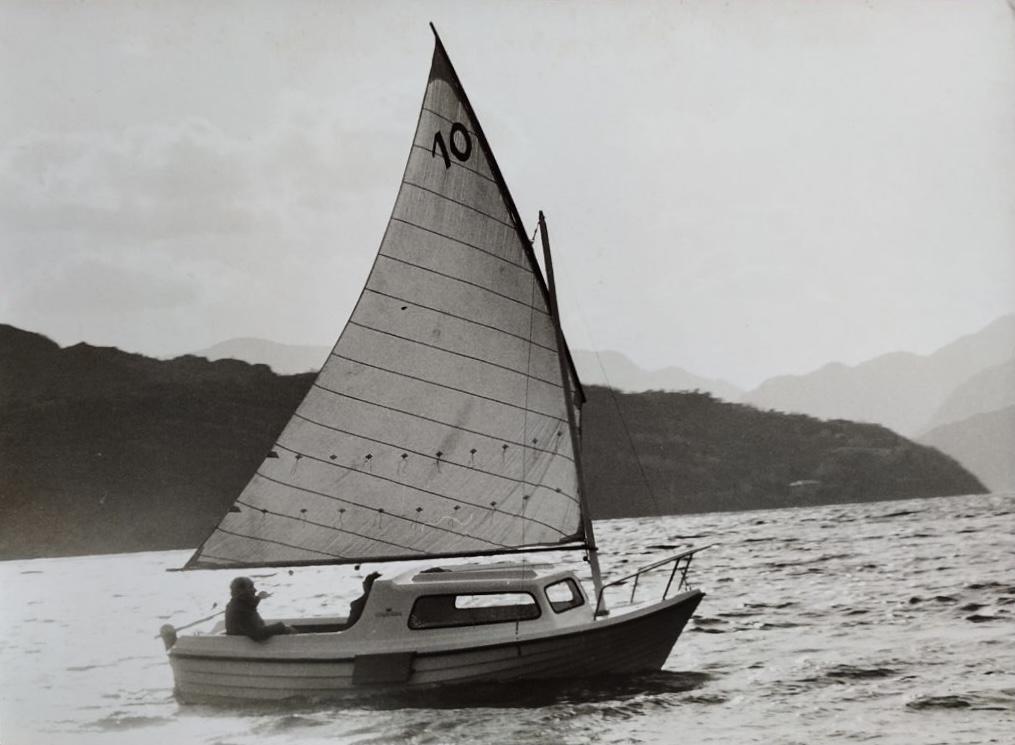 immagine in bianco e nero di una piccola imbarcazione a vela